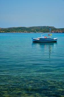 Греческое рыболовное судно в эгейском море недалеко от острова милос в греции