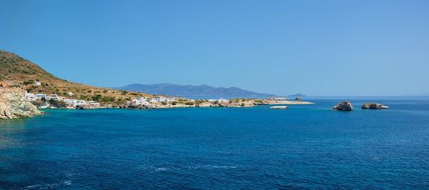 ミロス島の伝統的な白塗りの白い家があるギリシャの漁村
