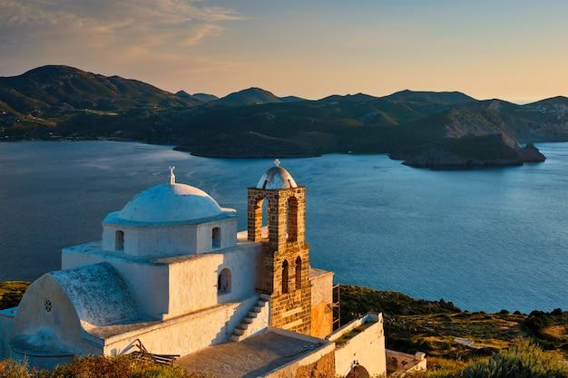ギリシャの日没にミロス島のプラカ村にあるギリシャ正教会
