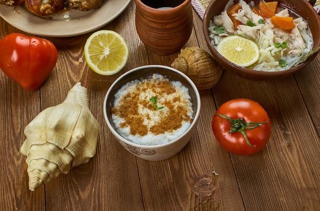 Греческий ризогало - рисовый пудинг, традиционные блюда-ассорти, вид сверху.