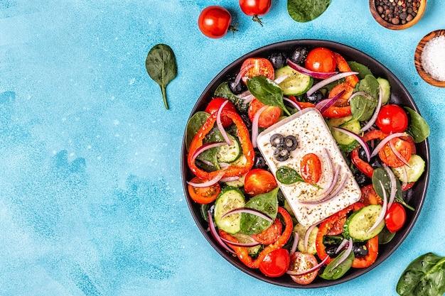 新鮮野菜、フェタチーズ、オリーブのギリシャ風サラダ