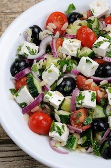 ブラックオリーブレッドオニオンとキュウリのチェリートマトのフェタチーズとハーブのギリシャ風サラダオルゾパスタ