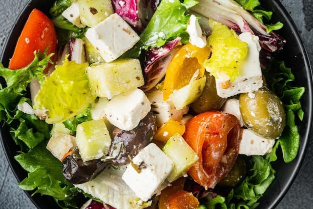 회색 테이블에 죽은 태아의 치즈와 유기농 신선한 올리브가 들어간 그리스 샐러드, 평면도 평면 누워