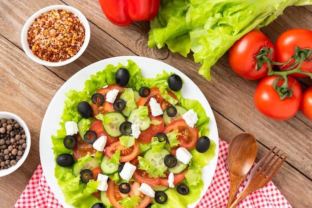 木製のテーブルにフェタチーズとギリシャ風サラダ。