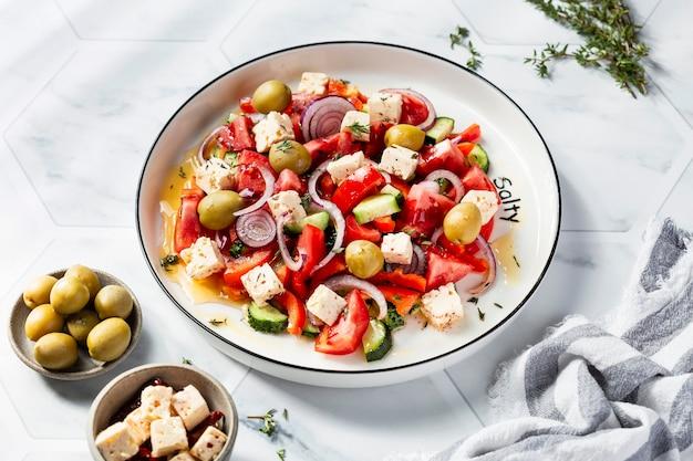 フェタチーズ、トマト、赤唐辛子のギリシャ風サラダ