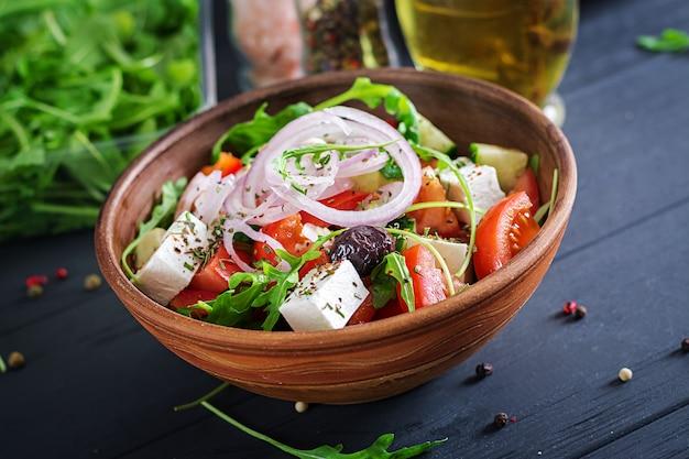 신선한 토마토, 오이, 붉은 양파, 바질, 페타 치즈, 블랙 올리브, 이탈리안 허브가 들어간 그리스 샐러드