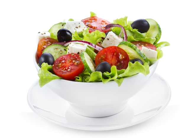 Греческий салат со свежими овощами и сыром фета на белом фоне