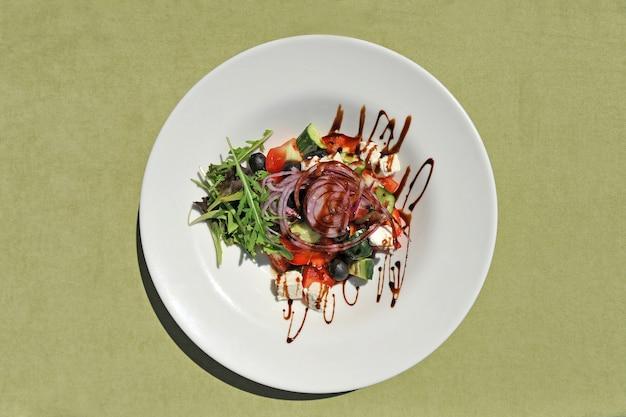 Греческий салат со свежими овощами, рукколой, сыром фета и блаком