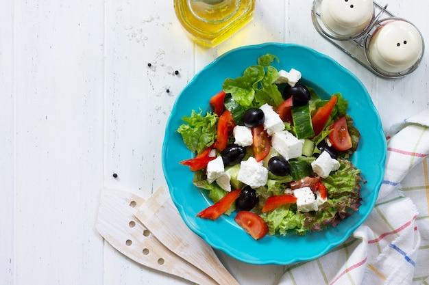 Греческий салат со свежими овощами, сыром фета и маслинами копирование пространства вид сверху