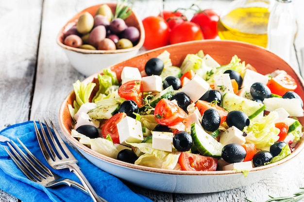 신선한 야채 페타 치즈와 블랙 올리브를 곁들인 그리스 샐러드