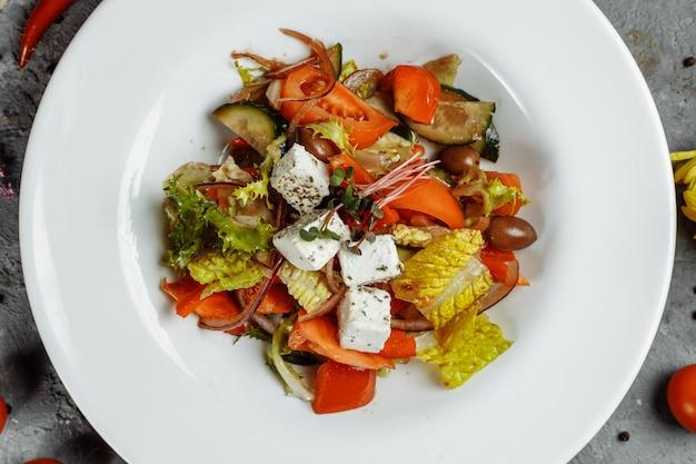新鮮な野菜、フェタチーズ、ブラックオリーブのギリシャ風サラダ