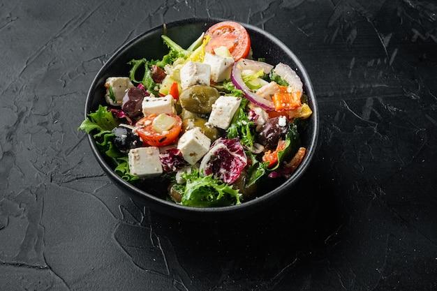 블랙에 신선한 야채, 페타 치즈, 올리브 칼라마티를 곁들인 그리스 샐러드