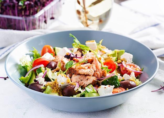 Греческий салат с жареным лососем Premium Фотографии