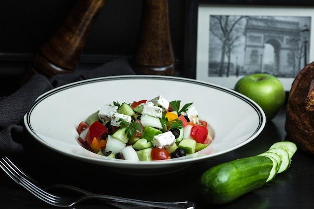 Греческий салат с оливками, помидорами, огурцами, луком и петрушкой
