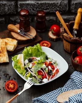 Греческий салат с помидорами, луком, сыром и оливками