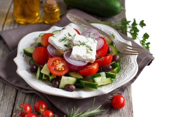 Греческий салат с помидорами, сыром фета, огурцами, луком и оливками