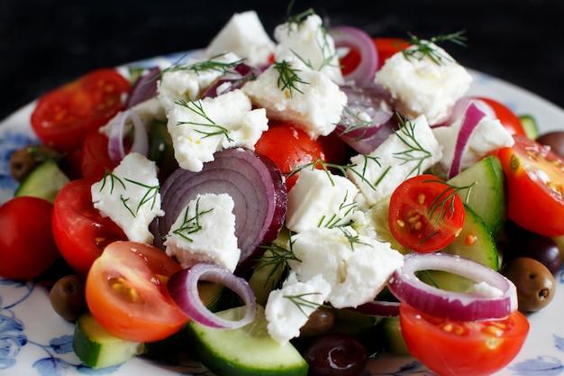 トマト、フェタチーズ、きゅうり、玉ねぎ、オリーブのギリシャ風サラダ