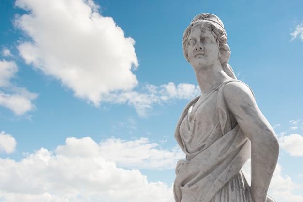 Греческая статуя над небом