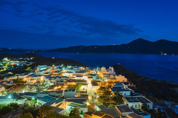 夕方のミロス島ギリシャのギリシャの町プラカ空撮
