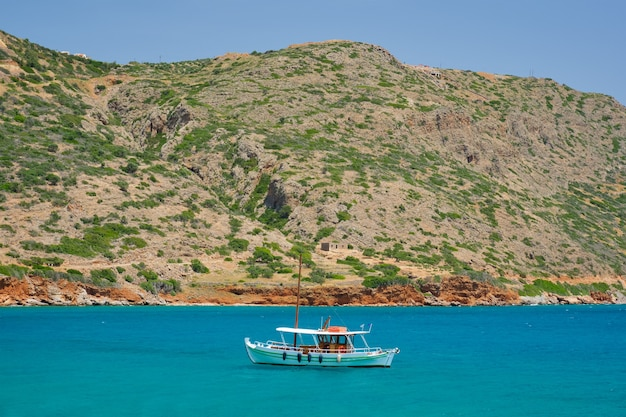 海のクレタ島ギリシャのギリシャの伝統的な漁船