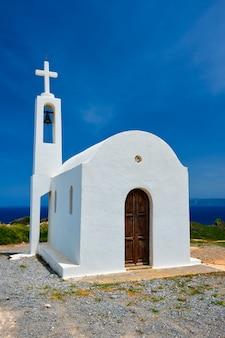 ギリシャの伝統的な白い洗った正統派教会。クレタ島、ギリシャ