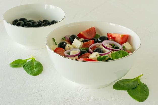 Греческий деревенский салат хориатики с сыром фета, оливками, помидорами, огурцами и красным луком, вегетарианские средиземноморские блюда, низкокалорийные диетические блюда.