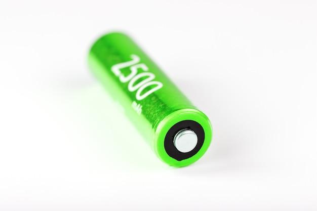 회색 표면에 녹색 aa 배터리 2500 밀리 암페어 배터리, 절연