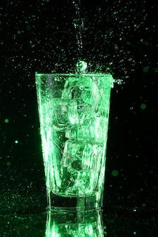 緑の酸のカクテル