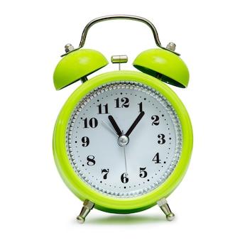 Зеленый будильник в стиле ретро на белом фоне, изолировать