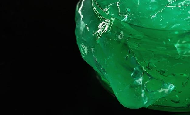 暗い背景に緑のアロエジェル