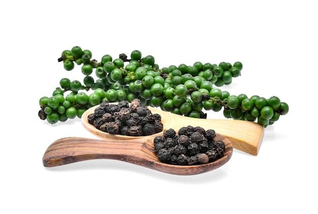 緑と黒のコショウの実