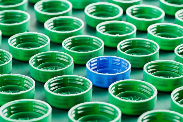 Зеленые и синие пластиковые крышки для бутылок