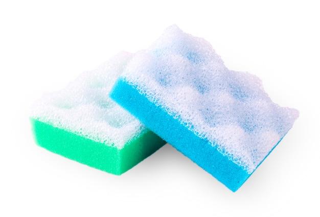 Зеленая и синяя губка для ванны, изолированные на белом