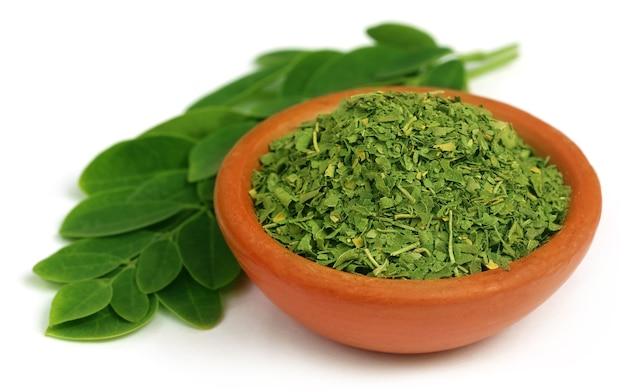 小さなボウルで緑と乾燥したモリンガの葉
