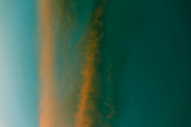 Зеленые и золотые оттенки затуманенного неба