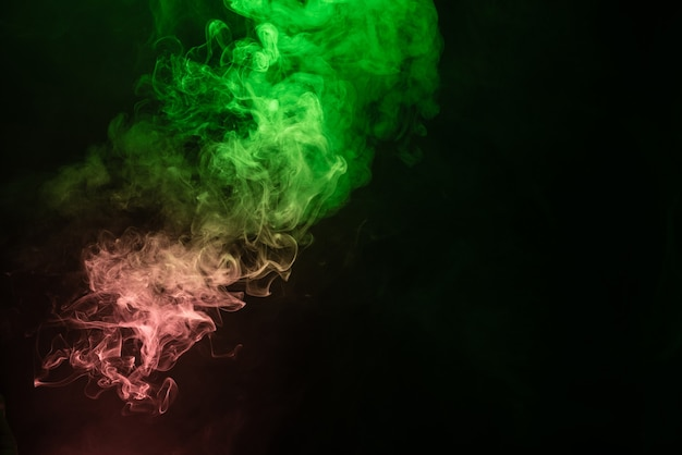 검은 색 표면에 녹색과 분홍색 증기