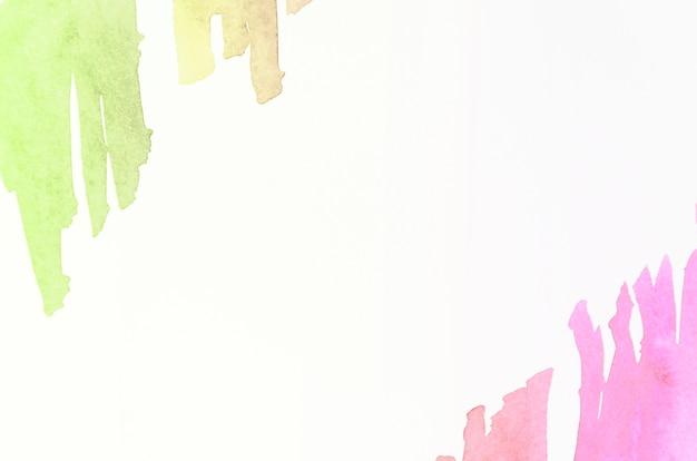 白の背景に緑とピンクの水彩画の筆
