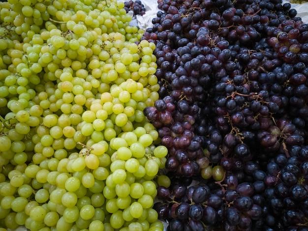 Зеленый и фиолетовый виноград. здоровая и натуральная пища.