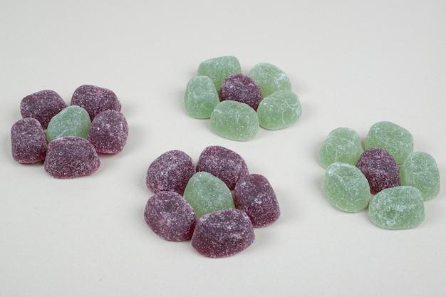ベージュの表面に緑と紫のゼリーキャンディー