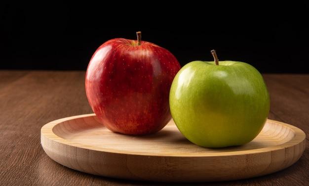 녹색 및 빨강 사과 나무에 위치