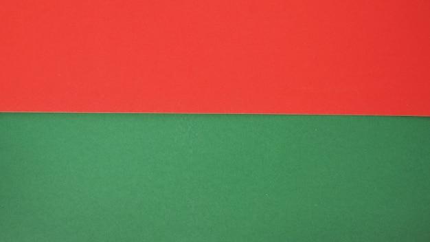 배경에 대한 녹색 및 빨간색 색지그것은 빈 공간이고 사람이 없습니다