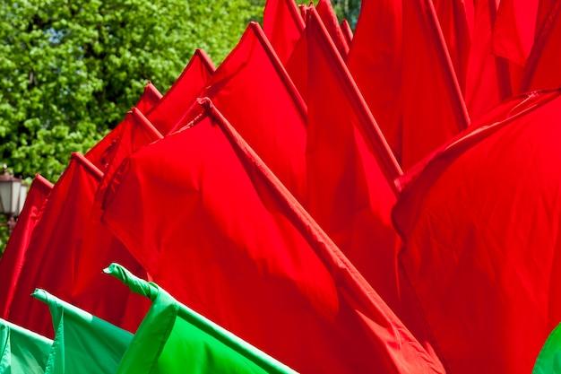Зеленые и красные флаги для украшения города