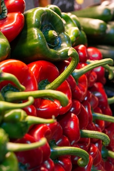 Зеленый и красный острый перец на рынке