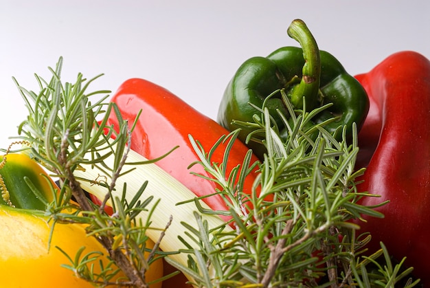녹색 및 빨강 고추, 양파, 레몬, 로즈마리, 흰색 배경에 조리법 재료.
