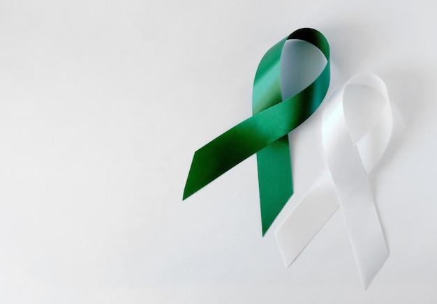緑と白の象徴的なリボン