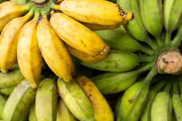 Зеленые и желтые бананы фоновой текстуры.