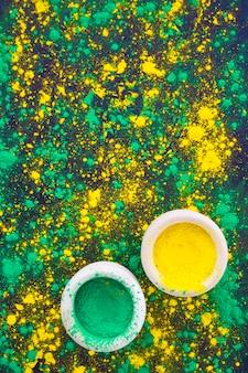 Зеленая и желтая чаша с порошком холи