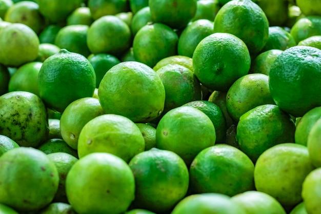緑と黄色のレモン