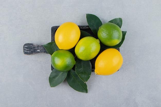 黒のまな板に緑と黄色のレモン