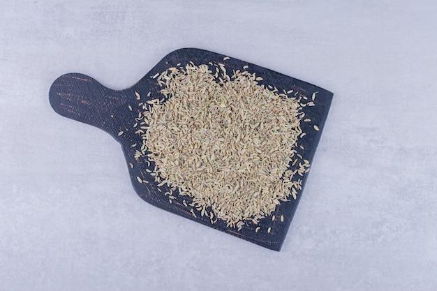 콘크리트 표면에 고립 된 녹색 아니스 씨앗